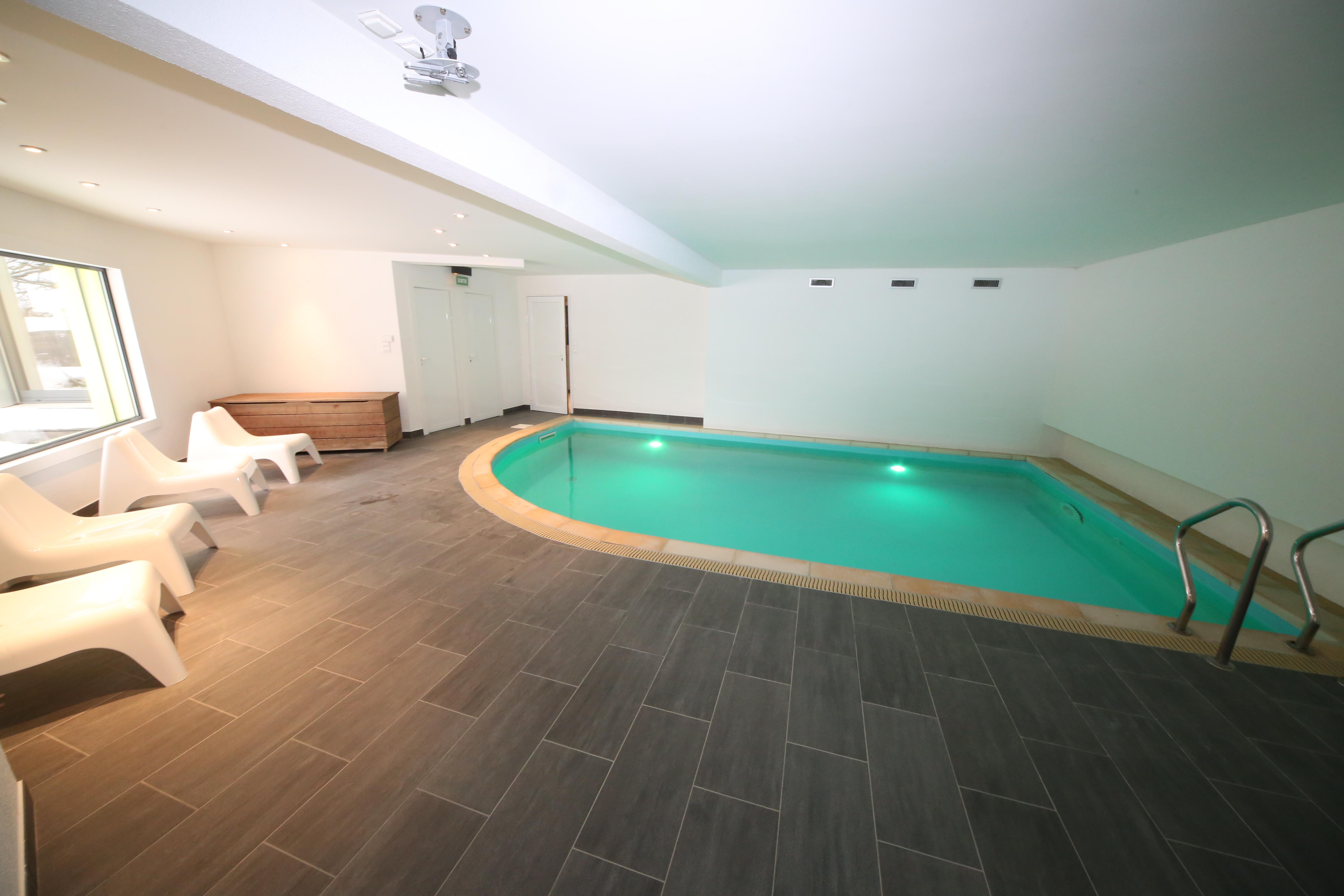 Piscine intérieure maison de vacances Jura